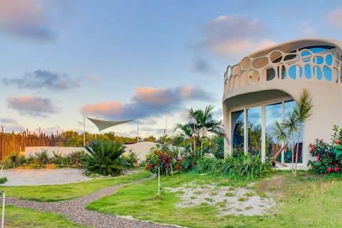 Amazing, brand-new, seaside luxury suite w/ WiFi, AC, shared pool & beach access