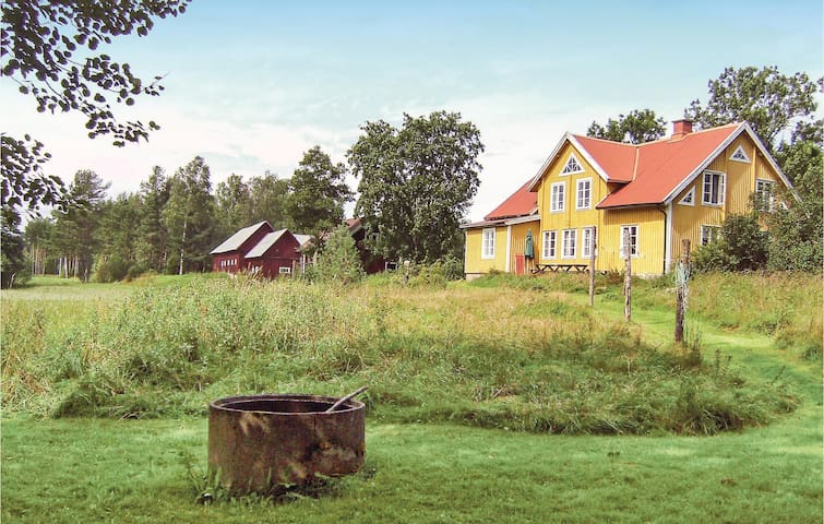Former farm house with 5 bedrooms on 265m² in Fågelfors