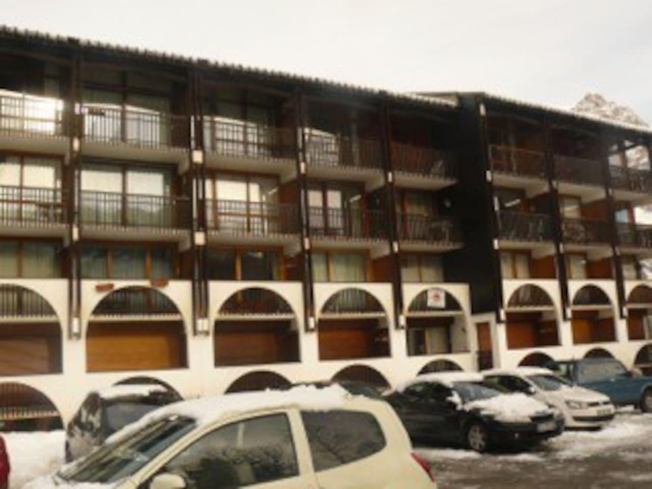 le petit immeuble face aux pistes de ski