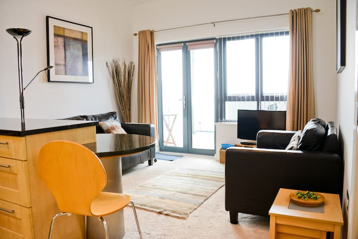 West Bay Modern and Bright 2 bed Apartment - West Bay - Apartment