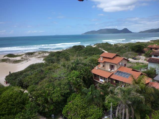 Apartamento em frente a praia do campeche