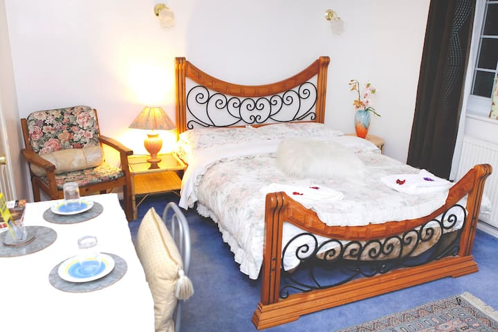 Lovely Room, accommodates up to 3 - West Sussex - Bed & Breakfast