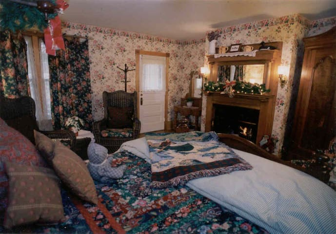 Room 8: English Country (Garden House) - White Lace Inn