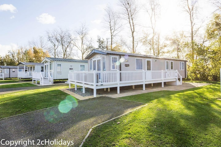 Deluxe caravan for hire at Hopton holiday village in Norfolk ref 80005B