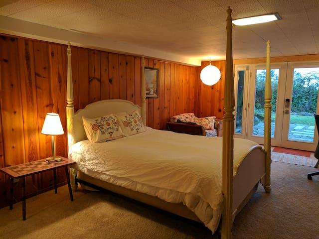 Knotty Pine Retreat, Downtown Close