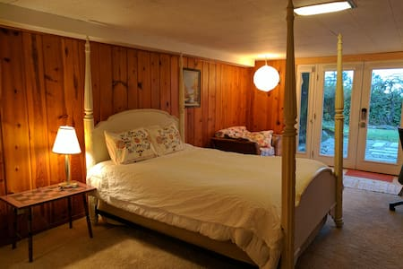 Knotty Pine Retreat, Downtown Close
