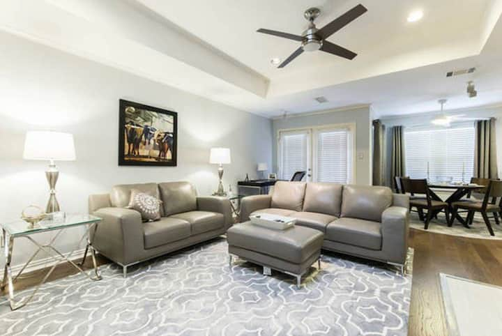 Dallas Luxury Townhouse - Fashionable North Dallas