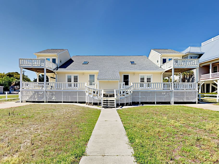 Nestled in the center of it all, this 3BR duplex offers a prime locale near the airport, beaches, bistros, and shopping.