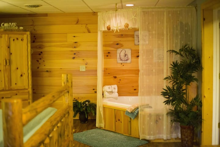 King Jacuzzi Suite only 1/2 Mile to Berlin & Amish Country