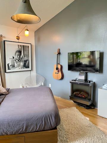 Bedroom queen bed, 40 inch tv, fireplace