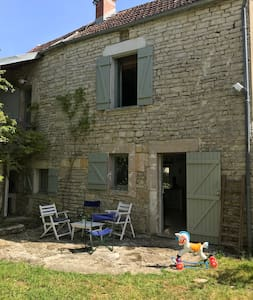Jolie maison typique de Bourgogne et grange d'été