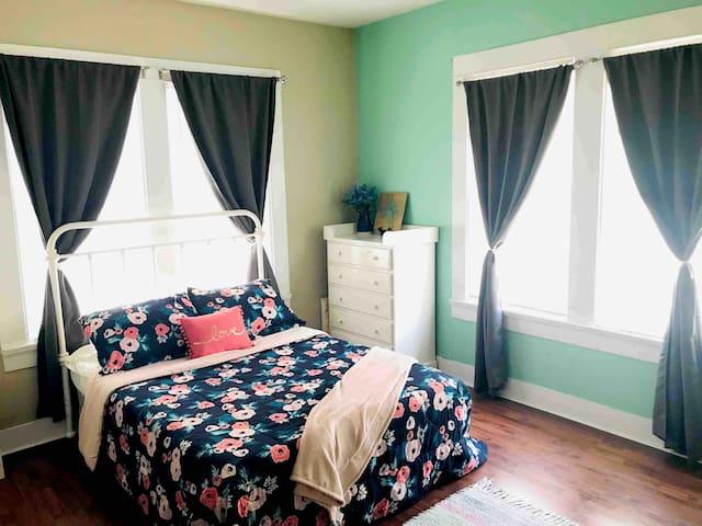 The Mint Room (Private, 6 mi from BU & Magnolia)