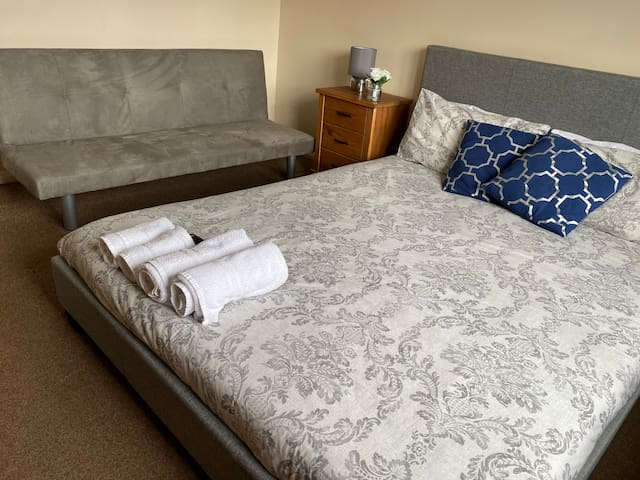 R2 Executive room for rent with king size bed