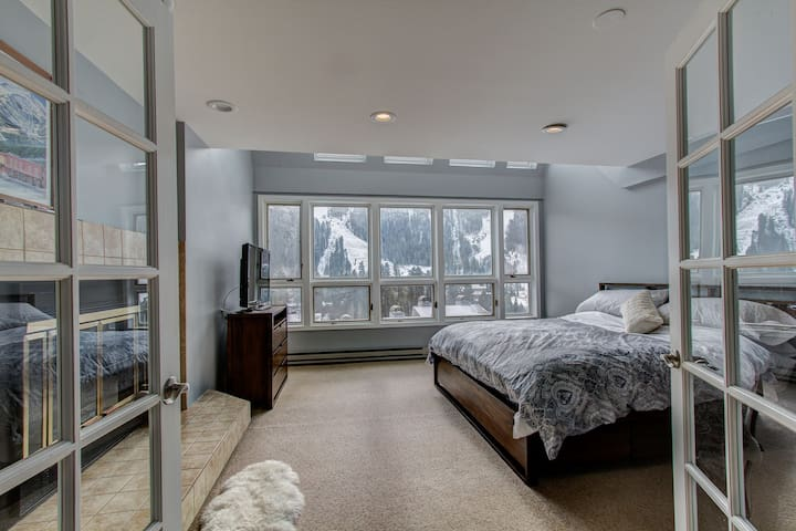 Master bedroom Upstairs - king bed
