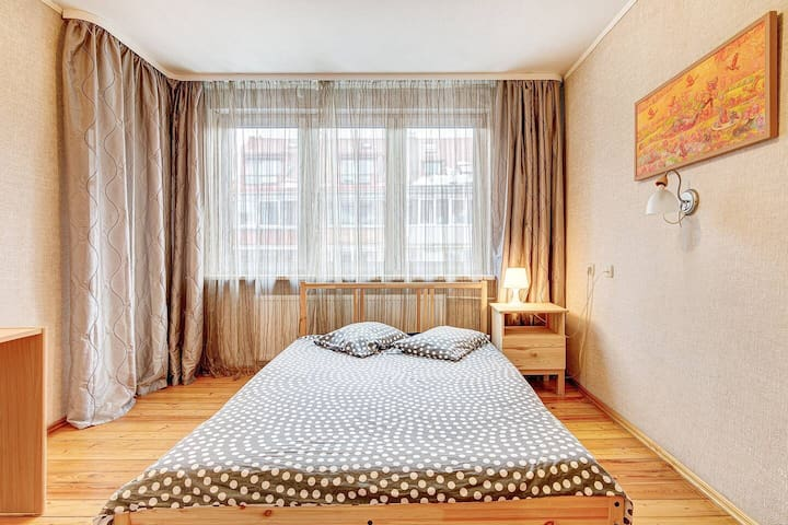 Central 2 bedrooms flat +parking next to station