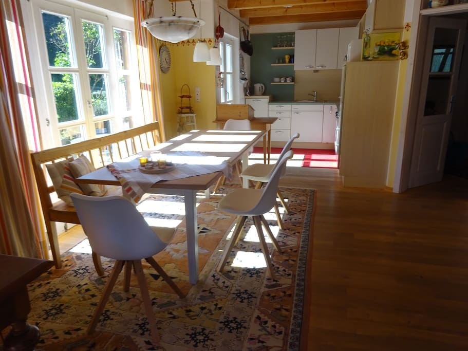 Sonniger Essbereich mit Küche