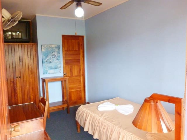 Single room in top floor without A/C. Hotel Naralit
