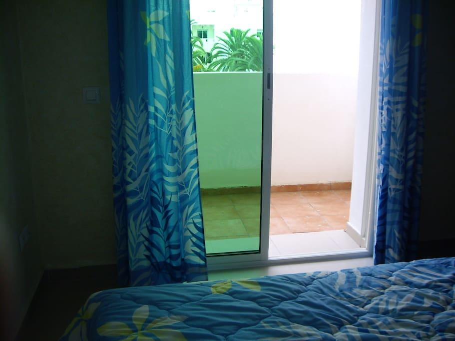 chambre à coucher avec balcon vue sur piscine