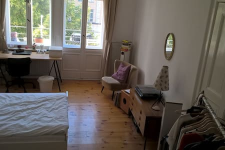 Sonniges 22m2 Zimmer mit Balkon in Altbauwohnung - Apartment