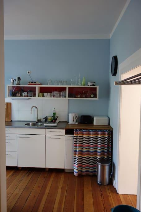 Die praktische Küchenzeile - hinterm Vorhang die Spülmaschine -  Blick vom Eingang