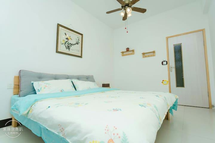 """房名为""""无尽夏"""" 房间内保留曾经住在里面的喜燕窝 床品为纯棉四件套"""