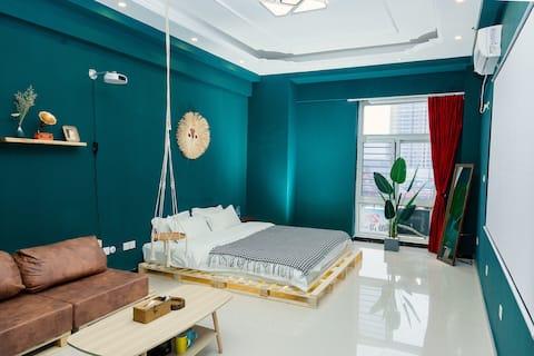 《梵·泊》复古风大床房 市中心梦之城 120寸高清投影