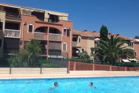 Studio avec grande terrasse piscine parking - Apartment