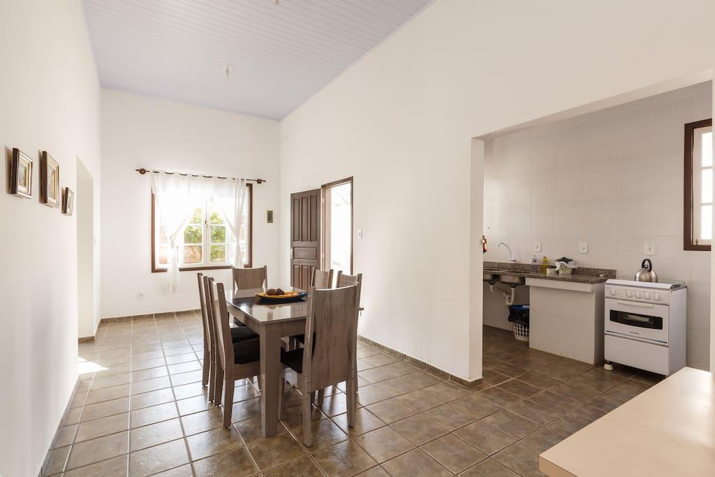 sala bem espaçosa, com cozinha conjugada