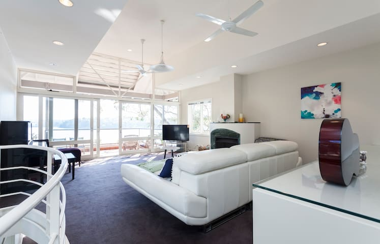 Sydney Harbourfront mansion. Birchgrove 15m to CBD