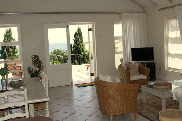 Top Floor Apt  (at street level) - Cape Town - Daire