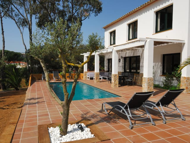 Magnificient individual house 2 floors with garden and private swimming pool