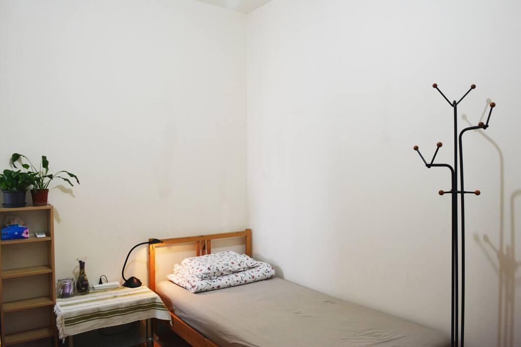 我一个人总是喜欢住单人床甚至标间,不爱大床间,有人和我一样没? still your bedroom :D