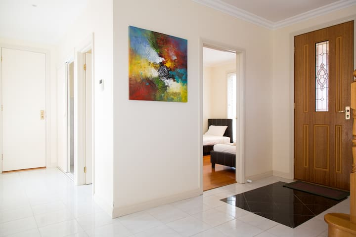 MELROSE PLACE  -  MELBOURNE 20min to CBD, sleeps 8 - Tullamarine - Townhouse