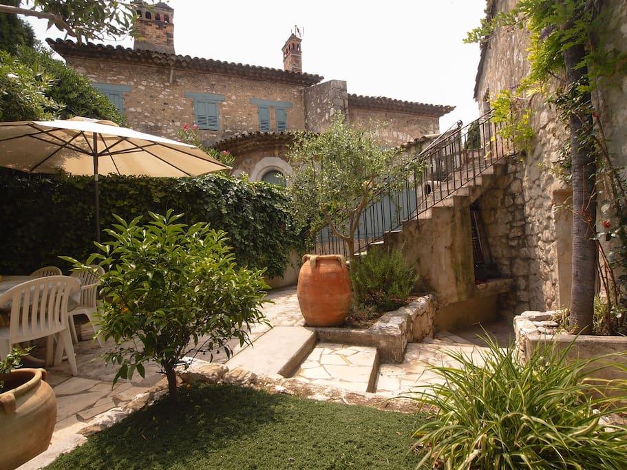 Maison de charme avec jardin pr s de nice 100m2 maisons louer cagnes sur mer provence - Terrasse jardin municipal nice ...