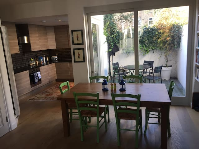 Comfortable, well located and spacious - London - House