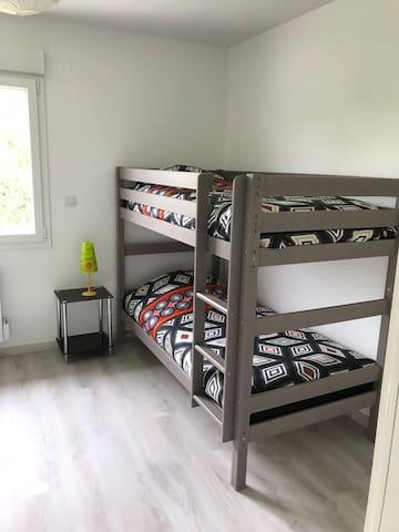 Chambre avec lits superposés, 2 matelas de 90cm, un bureau, un placard avec penderie