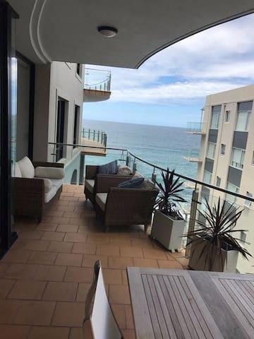 Absolute beachfront with private bathroom - ครอนูลลา