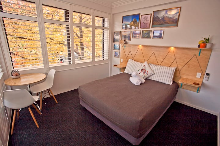 Private En-Suite Queen Room - STUNNING Lake View. Absoloot Hostel QT