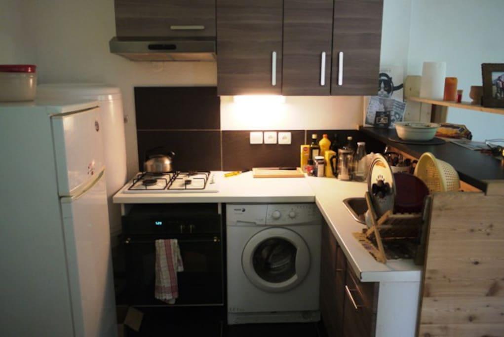 cuisine équipée avec frigo, congélateur, 4 plaques gaz, four électrique, lave linge, vaisselles pour 6 personnes