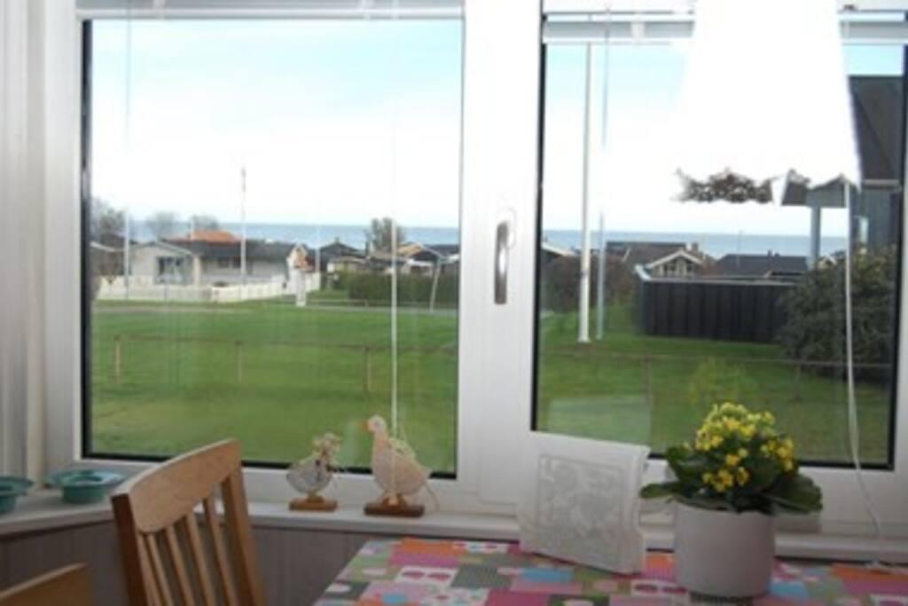 Flot udsigt over havet fra stuen