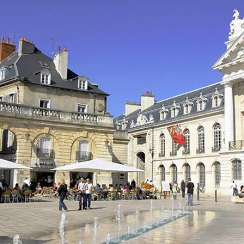 A Dijon, suivez la Chouette pour découvrir les façades les plus emblématiques de la ville aux cents clochés