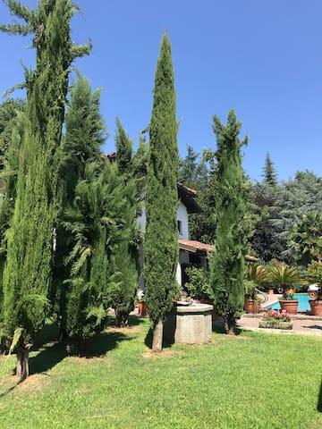 Villa privata con piscina situata nel verde lontano da caos ma 2 km da centro vicinissimo lago di Como è distante 25 km da Milano!Possibilità per cene private ,compleanni,feste