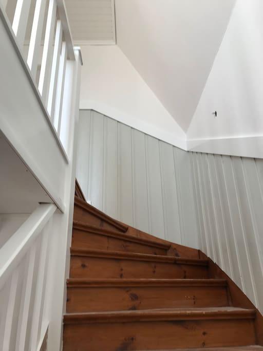 Nyrenoverad trappa i tidenlig stil.
