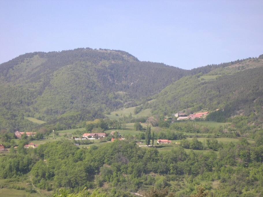 Le petit hameau tout en haut