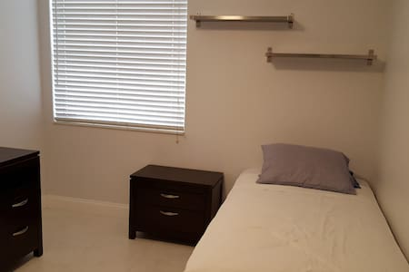 Females Only. Room Furnished minutes from colleges - Apartemen