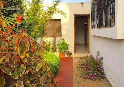Garden apartment, spacious, near 24 hour café. - Gjestehus