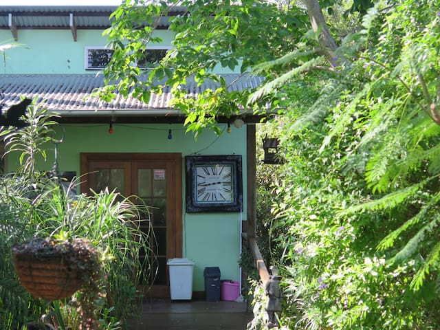 Cosy artist home in tropical garden - Highgate Hill - House