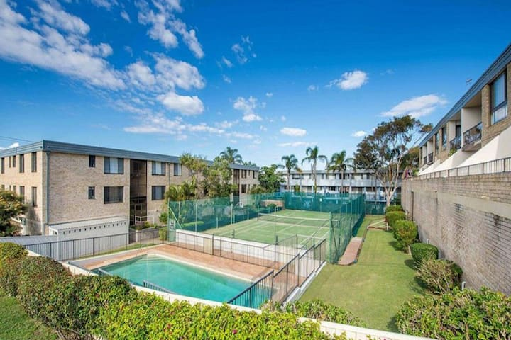 14 'The Dunes', 38 Marine Dr - large unit with pool, tennis court and directly across from Fingal beach