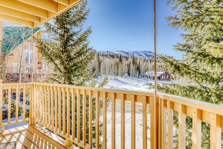 Ski View, Family-Friendly Condo with WiFi, Balcony, and Underground Parking