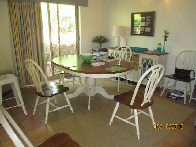 table for 4 or 6 and breakfast bar...lots of places for different occasions